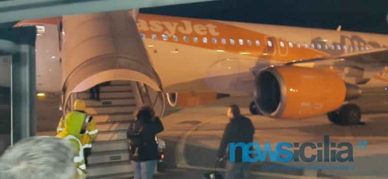 """Paura su volo EasyJet per Catania, malori a bordo e ritardi per il vento forte. La compagnia: """"Ci scusiamo per il disagio, sicurezza sempre garantita"""""""