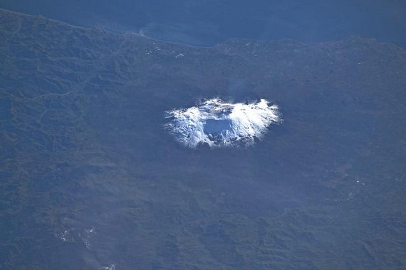 Una macchia bianca risalta su Catania e provincia: l'Etna vista da Luca Parmitano incanta il mondo e l'Italia
