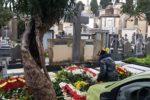"""Cimitero di Catania, rubano fiori dalle tombe e li rivendono: indagati pluripregiudicati """"fiorai"""" – FOTO"""