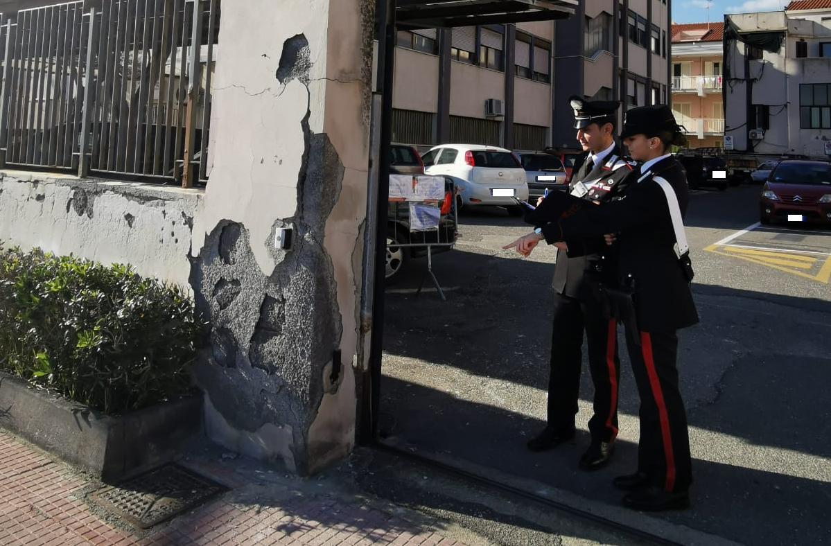 Fanno esplodere petardi a Capodanno e danneggiano cancello del Municipio, scattano le denunce per tre giovani