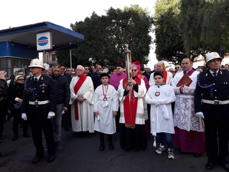 """Catania, """"peregrinatio"""" del velo della Santuzza: bagno di fedeli a Ognina"""