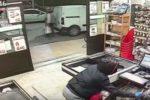 Rapina un supermercato armato di coltello, viene arrestato dai carabinieri grazie ai video  – VIDEO