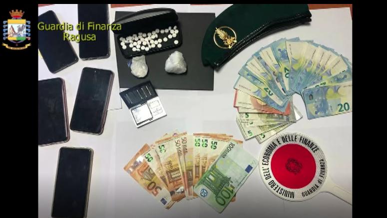 """Percepiscono il reddito di cittadinanza e """"arrotondano"""" con lo spaccio di droga, pusher colti con le mani nel sacco – VIDEO"""