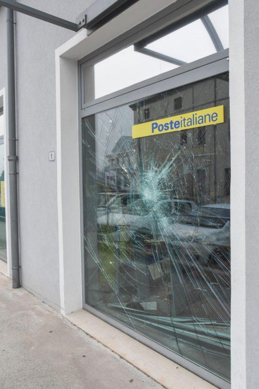 Non trova il denaro nella carta del Reddito di Cittadinanza e si altera: uomo distrugge l'ufficio postale