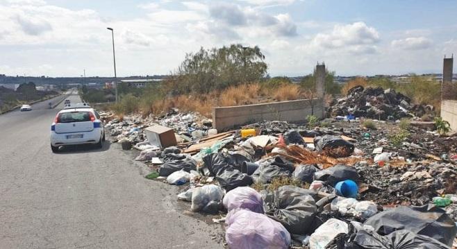 Allarme rifiuti nel Catanese, 30 tonnellate di spazzatura abbandonata: intervengono ditte di smaltimento