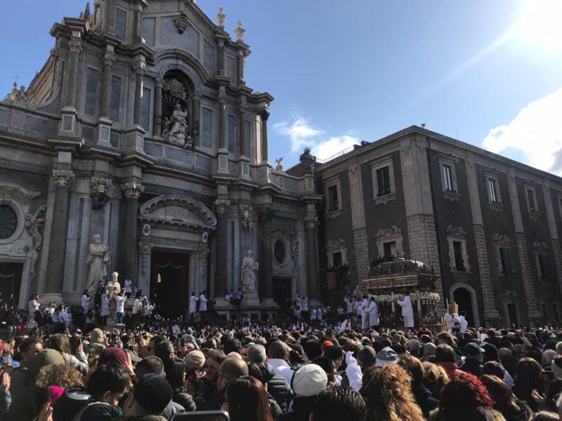 Sant'Agata, il Duomo di Catania accoglie il busto della Santuzza: fedeli in festa – FOTO