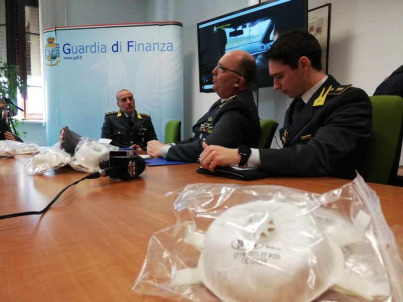 Coronavirus, vendevano mascherine a 5.000 euro. Venti denunce