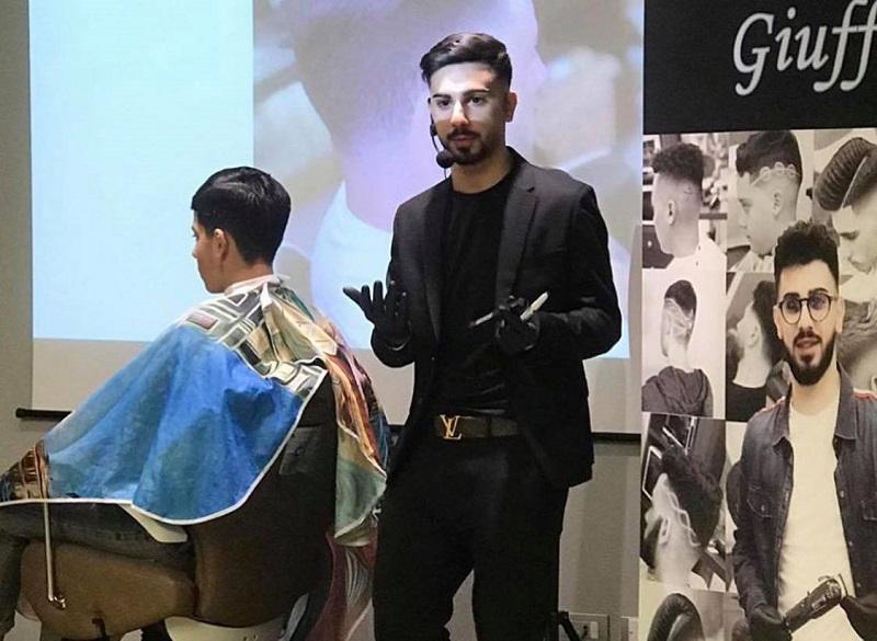 Una valigia con lamette, forbici e pettine. Il viaggio di Giovanni Giuffrida, da Catania al mondiale parigino: barbiere provetto a soli 20 anni – FOTO