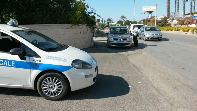Incidenti stradali causati dall'uso del cellulare, controlli per prevenirli: contravvenzioni e sequestri