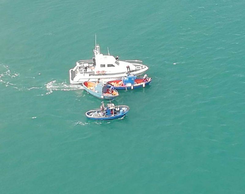 """Barche non autorizzate per la pesca di """"neonata"""" fermate alla foce del fiume Simeto: sequestrate reti – FOTO"""