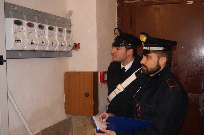Stabile occupato abusivamente e allacci illeciti alla rete elettrica pubblica: 28 denunce e 2 arresti