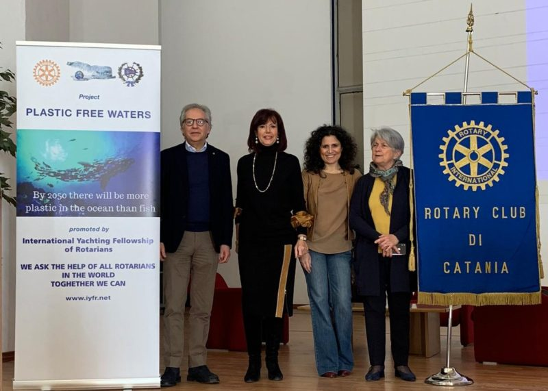 """Alunni del Gemmellaro di Catania entusiasti del progetto """"Plastic Free Waters"""" Rotary Club Catania"""