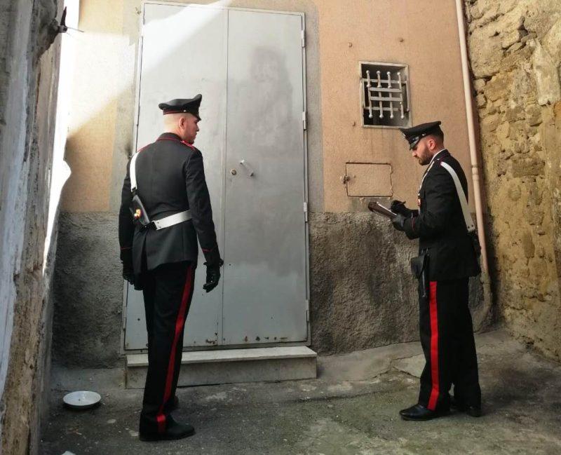 """Coppia si """"trasferisce"""" col figlio piccolo in una casa privata nel Catanese: denunciati"""