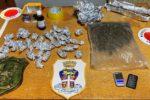 Casa abbandonata nel Catanese trasformata in centrale dello spaccio: arrestato 25enne, denunciati 2 minori