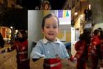 Bimbo morto dopo caduta dal carro di Carnevale: lacrime e dolore per l'ultimo saluto al piccolo Salvatore