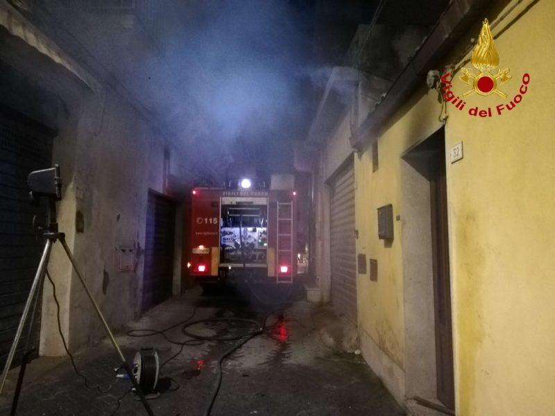 Pericoloso incendio in casa, fiamme e fumo: sul posto vigili del fuoco, 118 e carabinieri