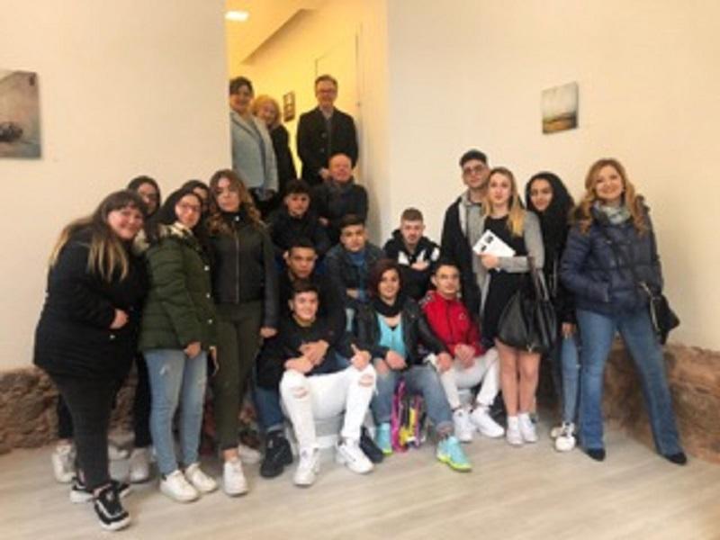 """Catania, l'Istituto alberghiero """"Karol Wojtyla"""" incontra l'arte della fotografia"""