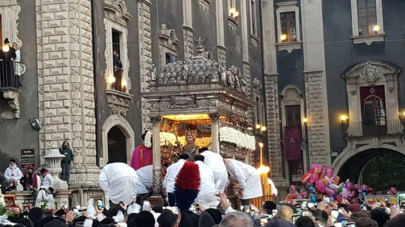 """""""Semu tutti devoti tutti"""", la festa di Sant'Agata nel suo pieno: il lungo abbraccio alla Patrona – LE FOTO"""