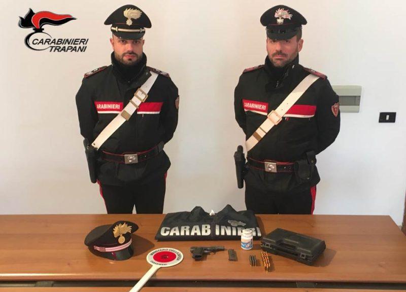 Pistola pronta a sparare, scoperta dei carabinieri nella cappa della cucina: arrestato un pregiudicato