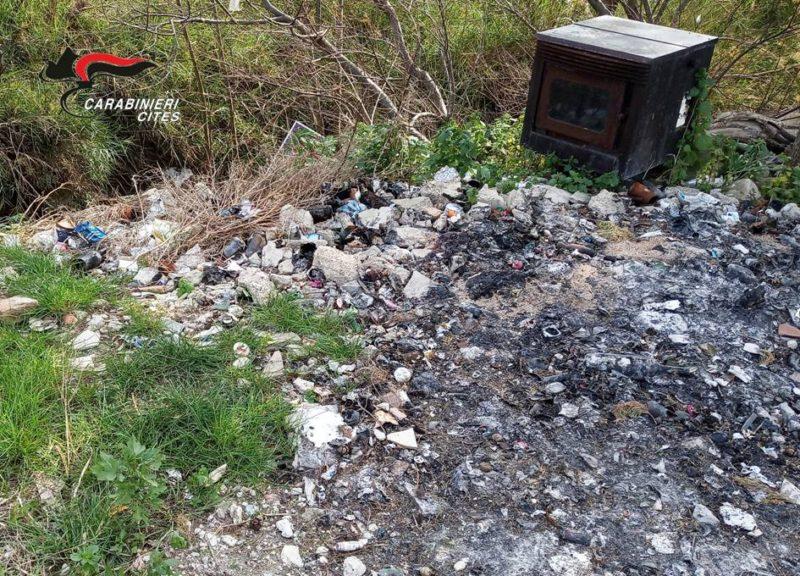 Discarica abusiva di rifiuti speciali e spazzatura data alle fiamme: denunciato 51enne