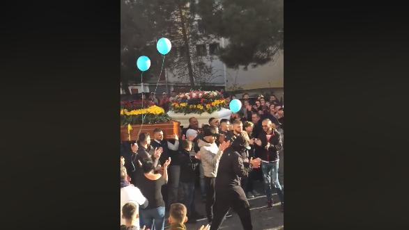 Morte di Agatino Saraniti e Massimo Nunzio Casella, a Librino i funerali delle vittime tra petardi e palloncini – VIDEO