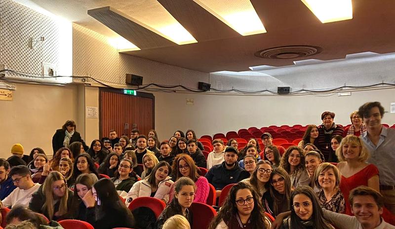 """L'I.I.S.S. """"Carlo Gemmellaro"""" di Catania assiste allo spettacolo in lingua francese """"Oranges amères"""""""