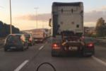 Terribile incidente nel Catanese: scontro tra due auto, una finisce fuori strada e si ribalta