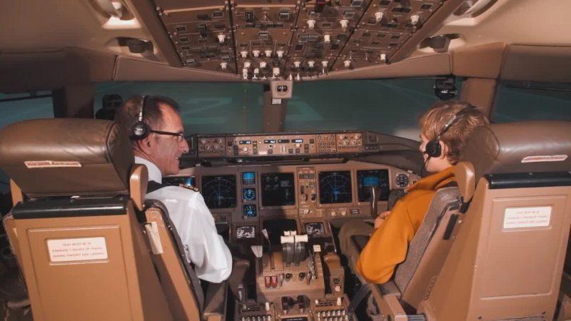Bebe Vio sfida Parmitano e guida un aereo al simulatore