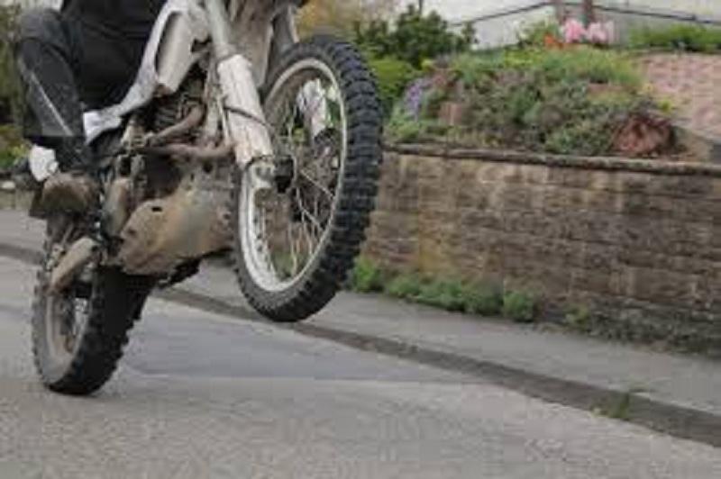 Pericoloso incidente in strada, 18enne a bordo di motocross si schianta a terra: scatta la corsa in ospedale