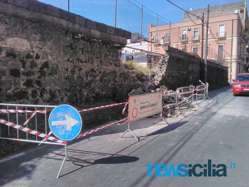 Catania, crolla porzione di muro in via Carlo Forlanini: strada chiusa al traffico – Le FOTO