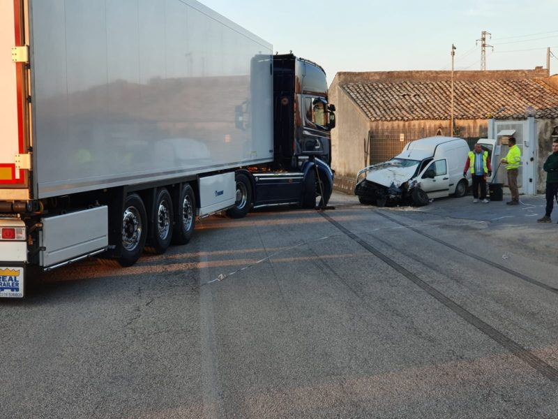 Incidente tir contro furgone, 30enne ricoverato in codice rosso: i DETTAGLI su quanto accaduto