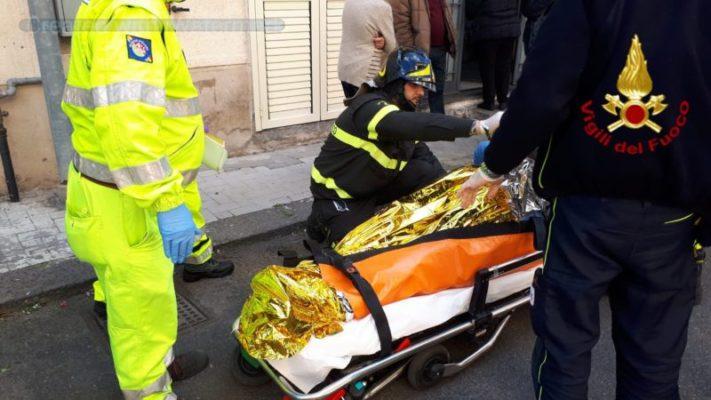 Intervento eccezionale nel Catanese: pesa più di 150 chili, impossibile fare uscire il paziente dalla scala. In azione i pompieri – FOTO