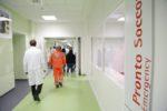 Il pranzo in mensa, i forti dolori addominali e la corsa in ospedale: 10 operai in gravi condizioni, forse intossicazione
