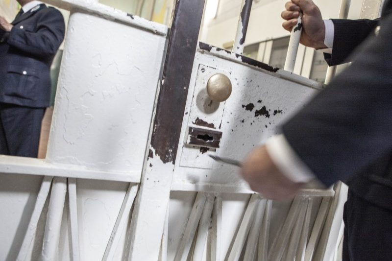Parapiglia in carcere, detenuto va in escandescenza: feriti 7 agenti e un medico