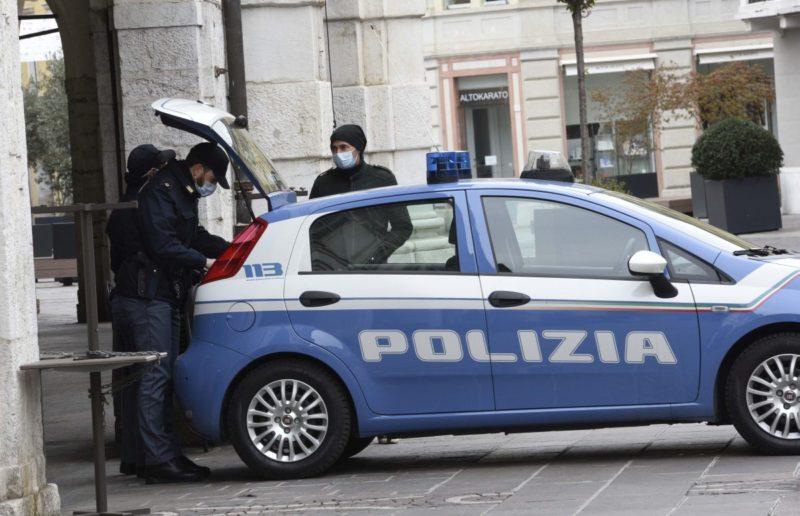 Disturba passanti davanti a un bar e si scaglia contro poliziotti: denunciato 49enne