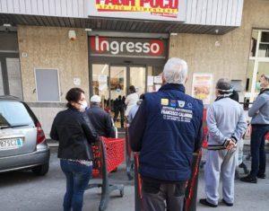 Supermercati chiusi la domenica, tutti in coda per fare la spesa