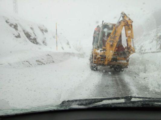 Tormenta di neve sulle strade, al via la rimozione per la messa in sicurezza: le FOTO