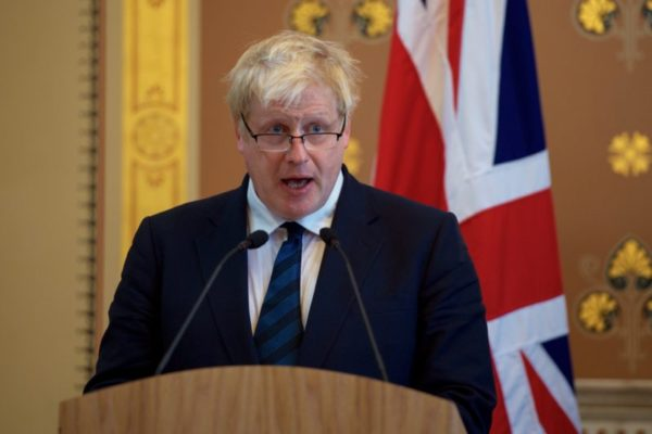 Coronavirus, il Premier Boris Johnson positivo al tampone: l'annuncio su Twitter