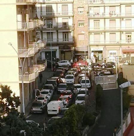 Catania, auto parcheggiate in doppia fila: regna il caos in via Novara. La denuncia del Comitato Cittadino Vulcania