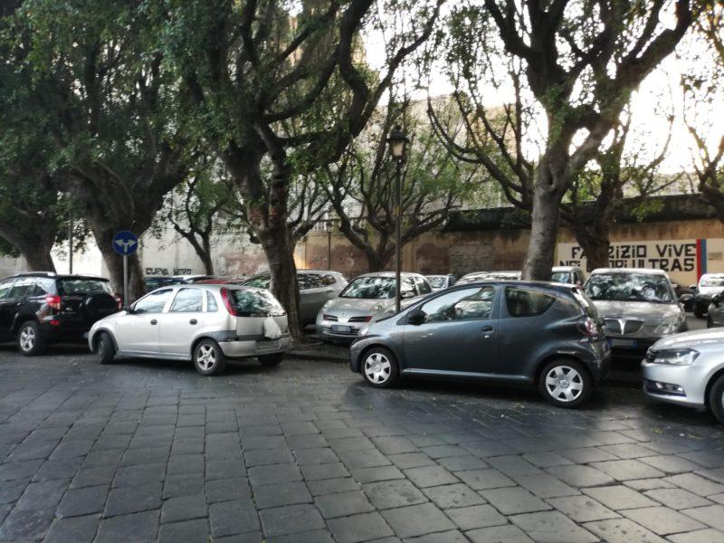 Catania, l'altra faccia della pedonalizzazione: all'esterno della traffic-free zone prosegue la sosta selvaggia – FOTO
