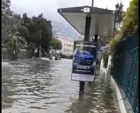 Mondello colpita dal maltempo: strade come fiume in piena, fino a 30 centimetri di acqua