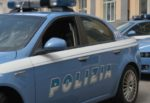 Minaccia di lanciarsi dal balcone e poi prova a strangolarsi: poliziotti salvano giovane