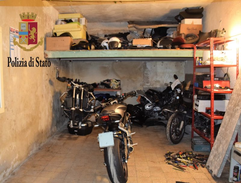 """Ricettazione di moto e pezzi meccanici tenuti in due box, """"beccati"""" dal localizzatore satellitare: 2 arrestati"""