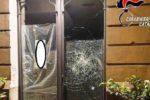 Paura ad Acireale, rumeno ubriaco cerca di sfondare vetrina di un negozio: denunciato