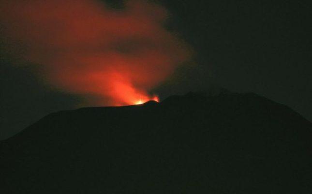 """Etna """"bello di notte"""", ancora esplosioni dal cratere Voragine: prosegue l'attività stromboliana"""
