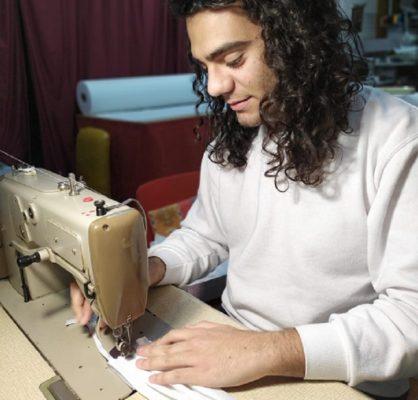 Lo stilista catanese Matteo Siculo dedica la sua intera attività alla creazione di mascherine gratuite contro il contagio da Coronavirus