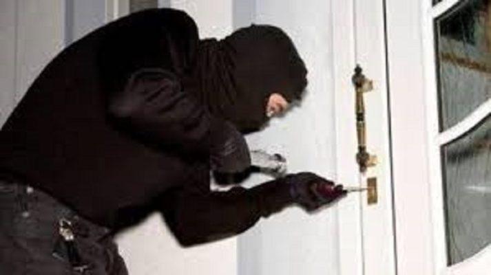 """Violente rapine e numerosi furti in negozi e appartamenti: arrestati due """"instancabili"""" ladri"""