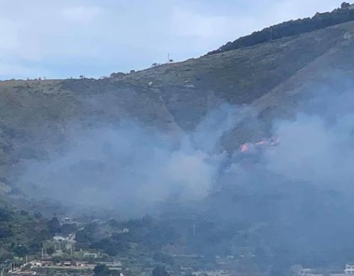 Allerta arancione in Sicilia, salgono le temperature e aumenta il rischio incendi: l'AVVISO della Protezione Civile
