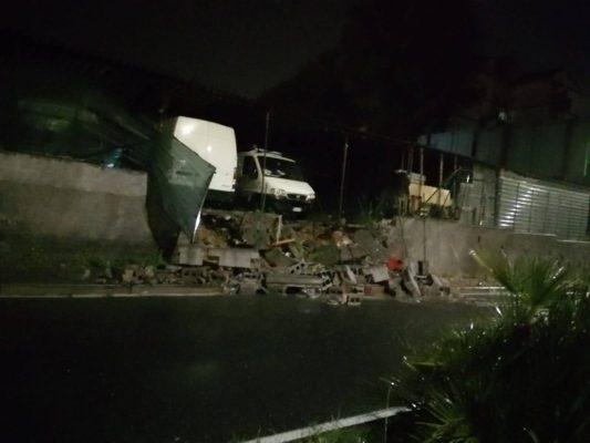 Catania, muro crolla al Villaggio Sant'Agata: auto di un garage in bilico, paura tra la gente – FOTO