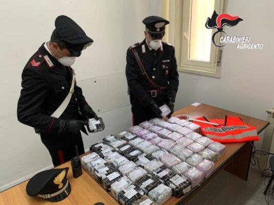 C'è la droga nella spiaggia, i carabinieri scoprono diversi chili di hashish in una busta di plastica